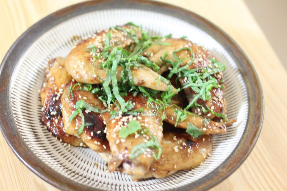 おつまみにぴったり大葉レシピ!大葉とごまたっぷり鶏手羽甘辛煮