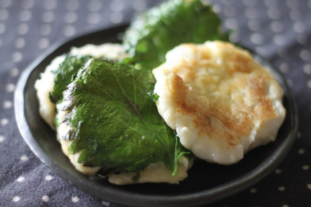 焼き目が香ばしい大葉レシピ!大葉と里芋のチーズおやき