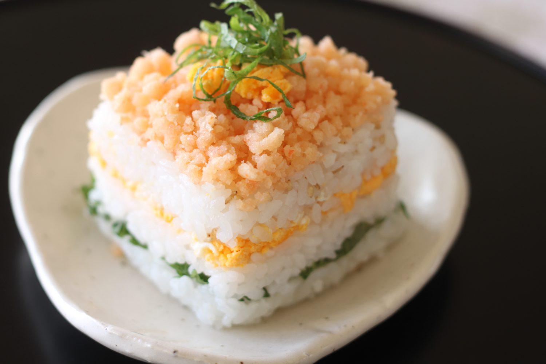 ピンクとグリーンがかわいい大葉レシピ!大葉と海老おぼろ重ね寿司