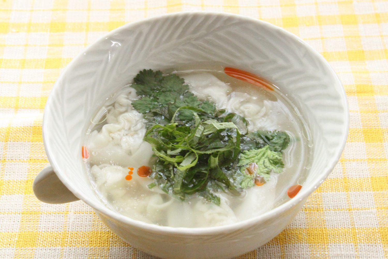 人気のパクチーで大葉レシピ!大葉とパクチーのワンタンスープ