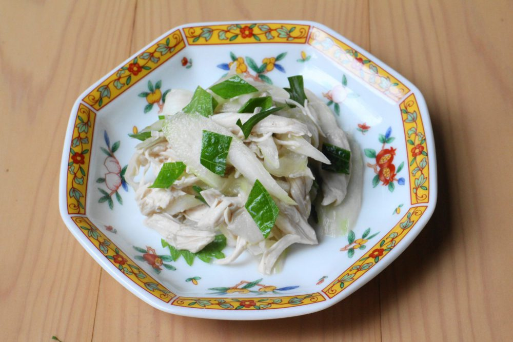 ヘルシーな鳥むね肉の大葉レシピ!大葉と鶏肉とセロリの中華和え