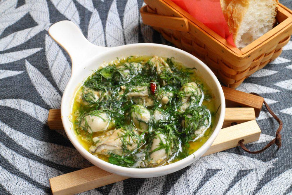 大人気のスペイン料理の大葉レシピ!大葉と牡蠣のアヒージョ