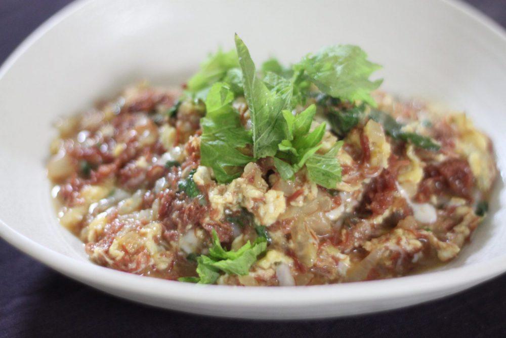 コンビーフもさっぱり食べれる大葉レシピ!大葉とコンビーフの卵とじ
